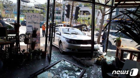 투싼 승용차와 충돌 충격으로 카페로 돌진한 SM5