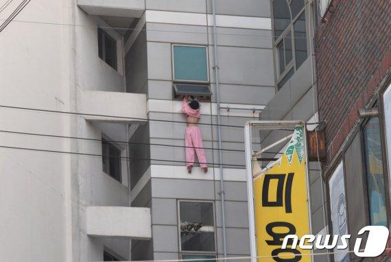 병원 5층 창문에 매달린 20대 여성, 무슨 일?
