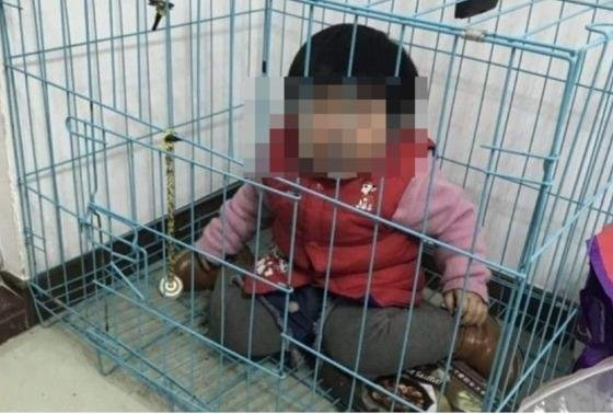 20개월 딸을 '뜬장'에 가둔 아빠의 황당변명.. 누리꾼 분노