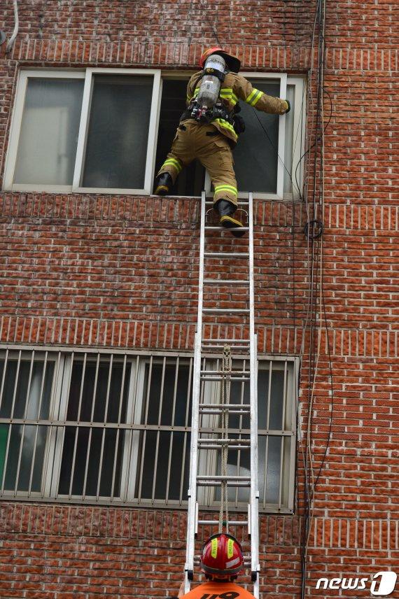 빌라 3층에서 웬 타는 냄새가.. 소방관 긴급출동했더니