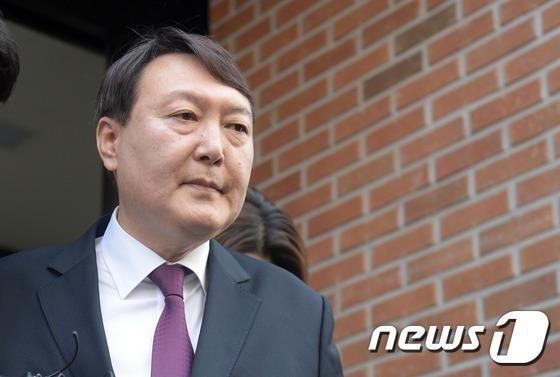 윤석열 지검장 집 앞에서 협박 방송한 유튜버, 무슨 내용이길래?