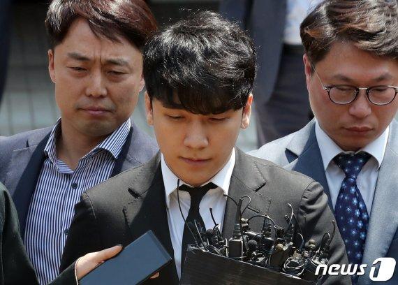 """'성매매·횡령' 승리 구속 피해…법원 """"범죄혐의 다툼 여지"""""""