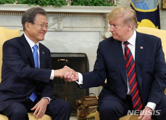 """美백악관 """"트럼프, 내달말 한국 방문…北 FFVD 논의"""""""