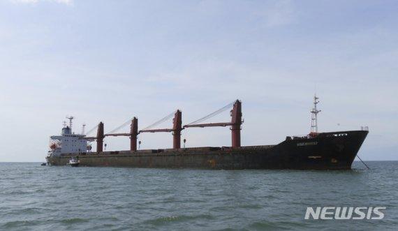 北 석탄항구 움직임 활발…선박압류에도 화물선 드나들어