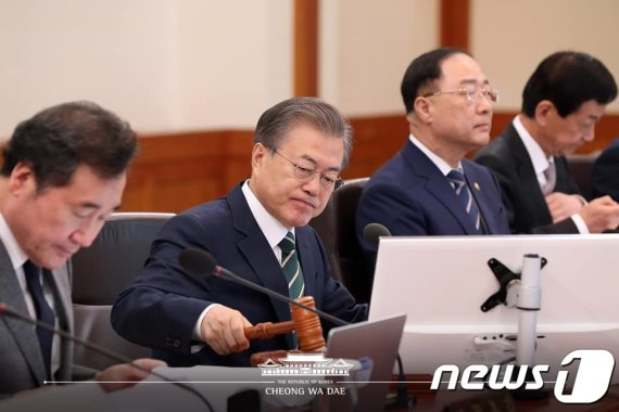 """文대통령 """"단기 경기대응에도 재정 역할…국회, 추경 신속 논의를"""""""