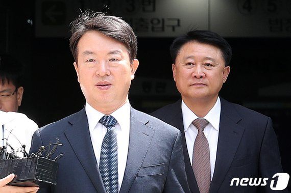 """'정보경찰 정치개입' 강신명·이철성 재판에…""""조직적 개입""""(종합)"""