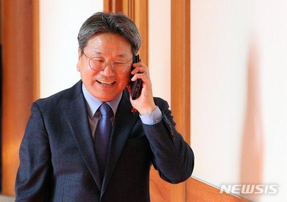"""'정당해산' '국민소환제' 띄운 靑…野 """"文 탄핵 청원도 답하라"""""""
