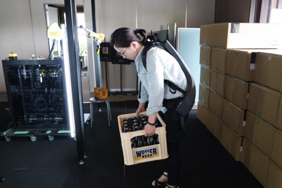 노인도 무거운 짐 번쩍..AI가 가져온 고용혁명 [새로운 100년, 리스타트 코리아 일본서 배우는 일자리 해법]