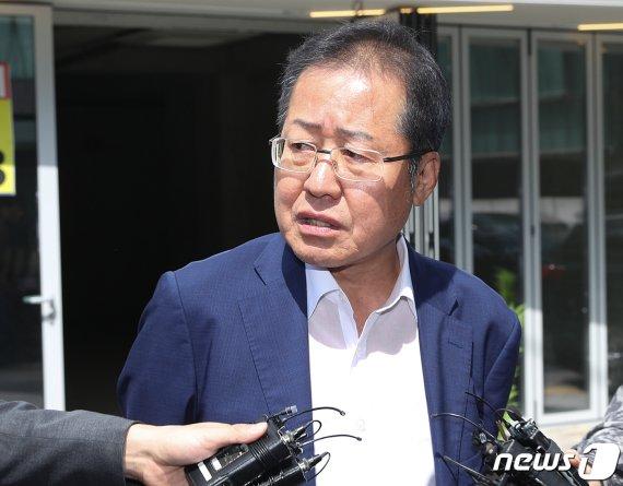 """'文대통령 쪼다' 홍준표 또 페북에 """"어제 차마 해선 안되는.."""""""