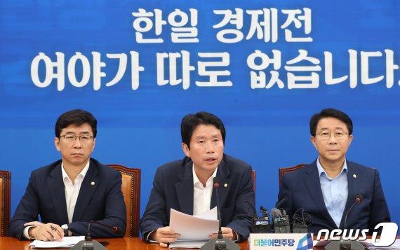 """""""조국이 국가전복 꿈?"""" 황교안 맞받아친 이인영"""