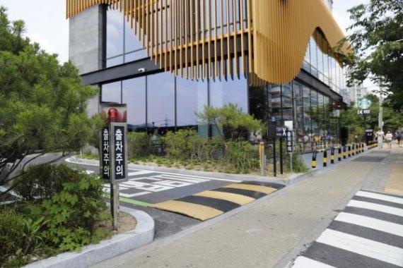 신도산업, 안전성 높인 '과속방지매트'로 호평.. 전국 스타벅스 DT 매장에 설치