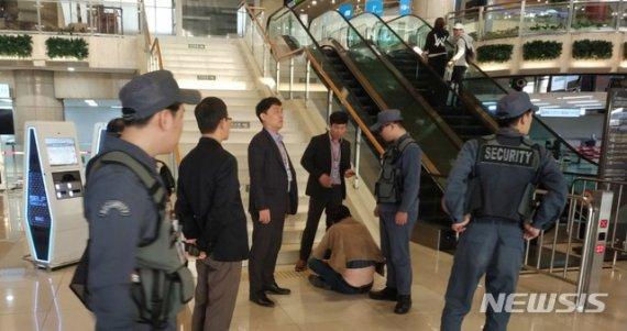 """""""한국인 싫다"""" 김포공항 난동 日공무원, 징계 고작 '정직 1개월'"""