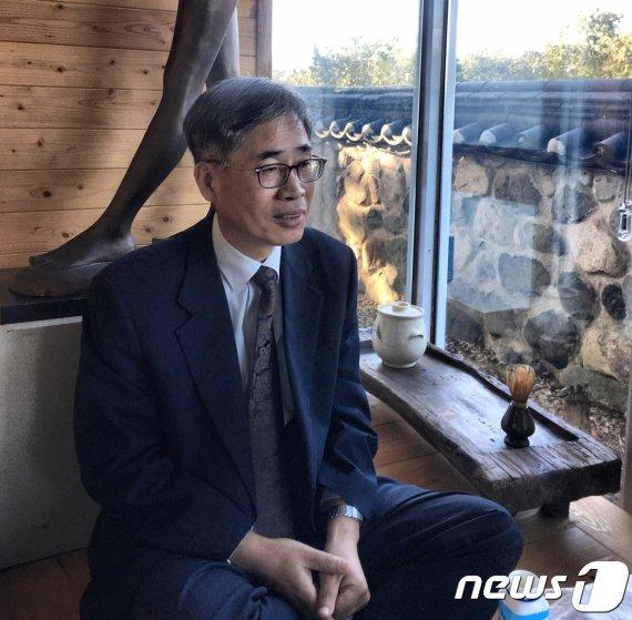 """""""조국, 이제 내려오라"""" 촉구한 신평…'재임용 탈락 1호' 판사"""