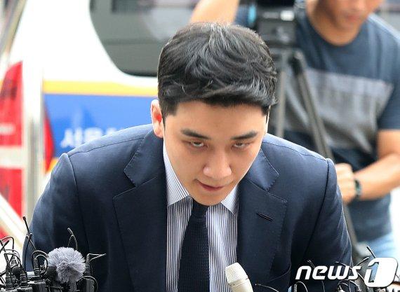 """'원정도박 의혹' 승리 경찰 출석…""""성실히 조사받겠다"""""""