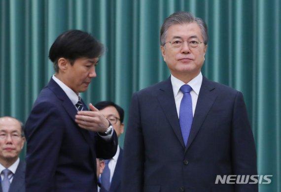 [속보]文대통령, 수보회의 1시간 연기...'조국 사퇴' 논의할 듯
