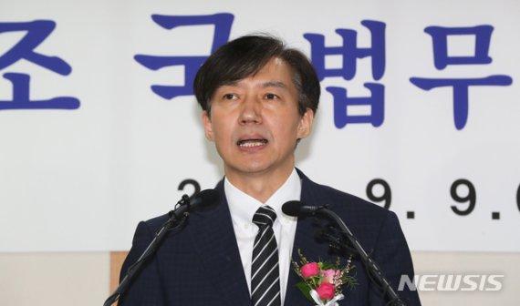 취임식 마친 조국, 취재진이 검찰 수사 관련 입장 묻자..