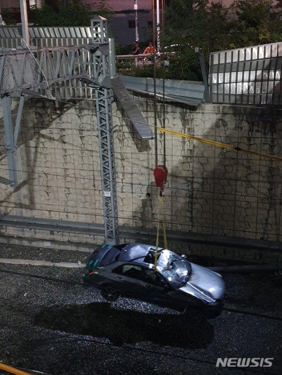 벤츠 10m 아래 기차 철로에 추락.. 도대체 무슨 일이?