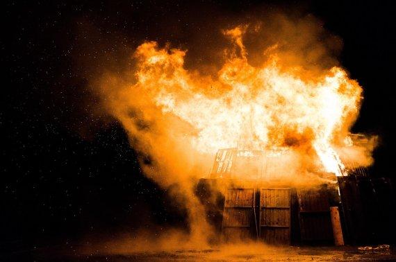 '아내 바람핀다' 의심한 美40대, 집 통째로 불태워.. 결말은?