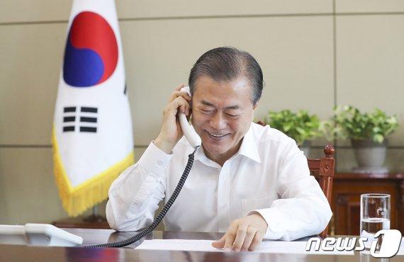 """""""안녕하세요. 문재인입니다"""" 라디오 생방송 출연한 文대통령"""
