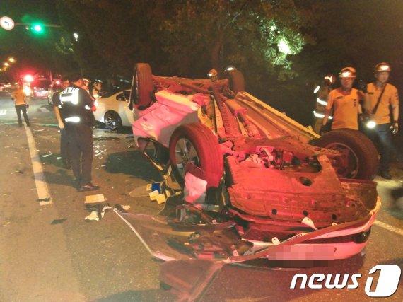 도로서 승용차끼리 충돌..1명 사망·2명 부상