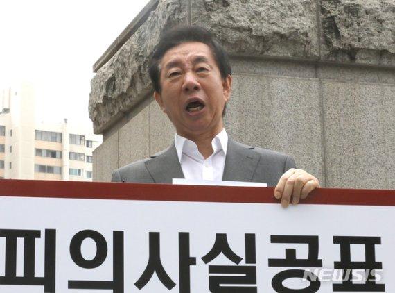 'KT 자녀 채용 청탁 의혹' 김성태, 첫 법정출석