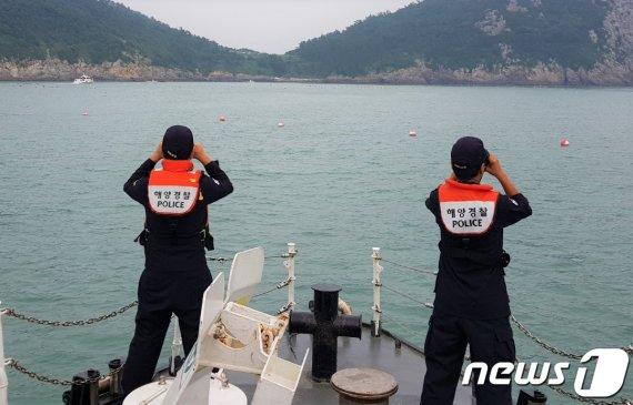 바다로 투신한 남성 2명, 주차된 차 안 살펴보니..