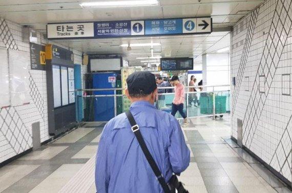 """[노인情] """"하루종일 걷고 2만원 벌지만…지하철 택배만 한 일 없어"""""""