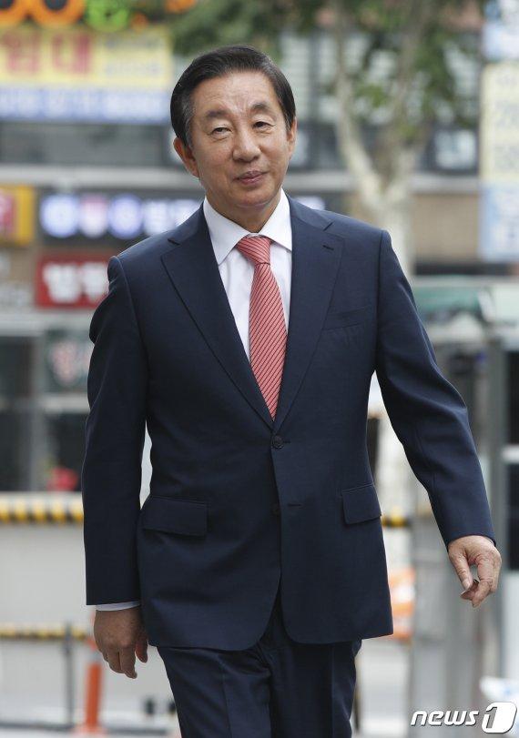 """'딸 KT 채용청탁' 김성태 법정 출석…""""정치보복 올가미 벗겨낼 것"""""""