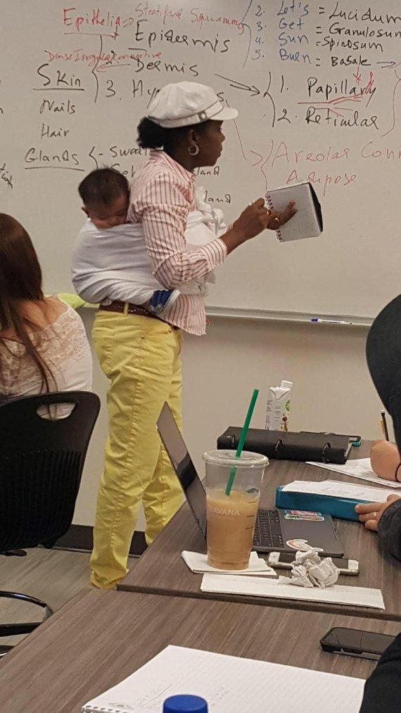 """""""편히 필기하세요"""".. 학생 대신 아기 업고 수업한 美교수 화제"""