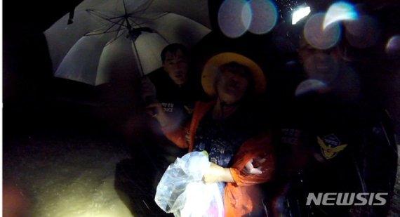 태풍 '미탁'에도 할머니 3명 구조한 해경 특공대원들