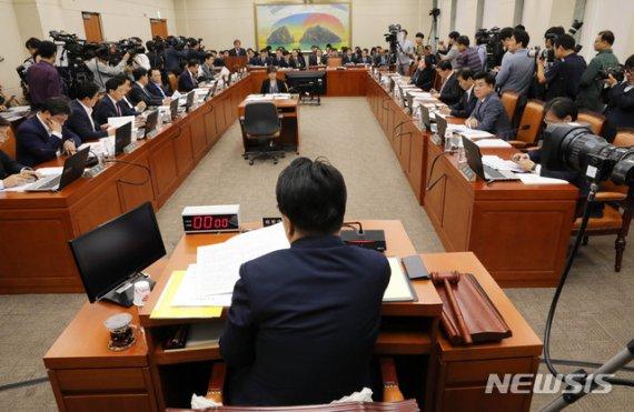 여야, 국감 8일차…정무·기재·교육위서 '조국 정면충돌'