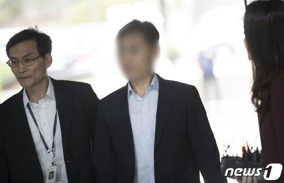 '경찰총장' 윤모 총경 영장심사 출석…구속여부 밤늦게 결정