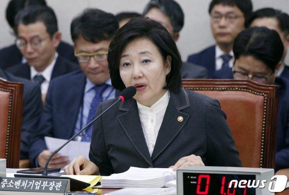 """박영선 장관, """"유니클로, 사업조정 대상 될 수 있어""""...유니클로 영업 제동 걸리나"""