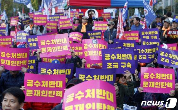"""""""검찰 개혁"""" vs """"조국 구속"""".. 조국 떠났지만 분열된 광장"""