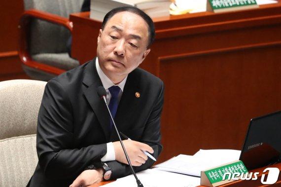 """홍남기, 타다 검찰 기소에 '유감'…""""신산업 불씨 줄어들까 우려돼"""""""
