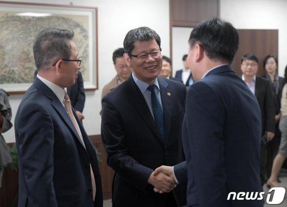 """금강산 관광 사업자 만난 김연철 """"어떻게든 해법 찾자"""""""