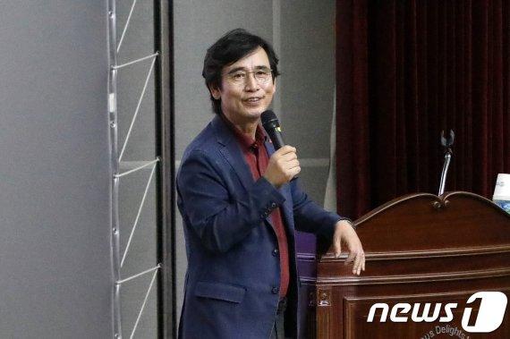 """""""조국전쟁 종군하느라 책 진도 안나가""""…유시민, 2주간 유럽출장"""