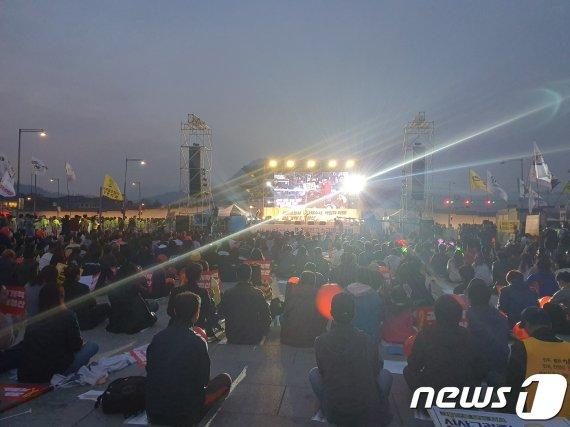 광화문 광장 '조국구속' 집회…한쪽에선 '세월호 책임자 고발'