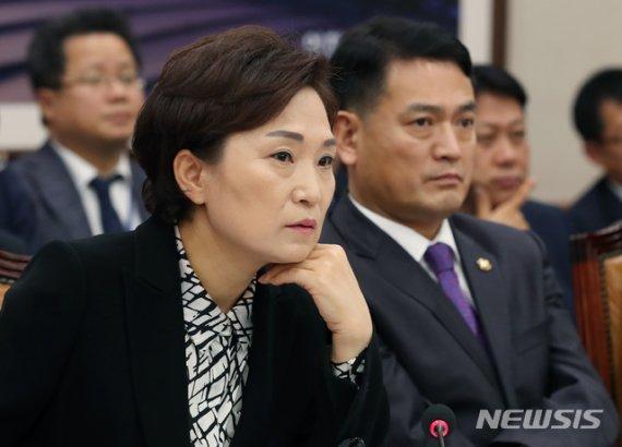 """김현미 장관 """"10년 공공임대 분양전환가, 양자 합의계약에 의한 것"""""""