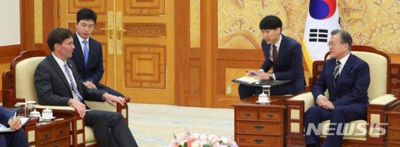 文대통령, 오늘 美국방장관 접견…방위비·지소미아 논의 주목