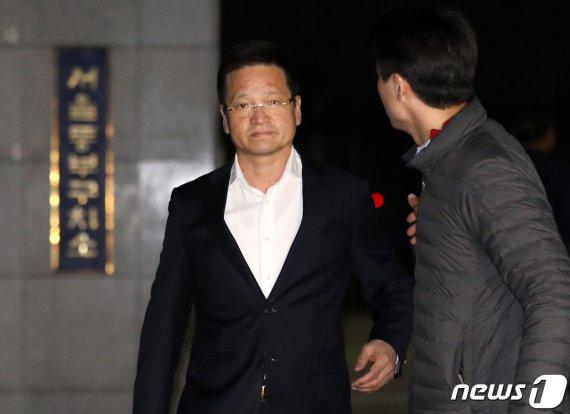 '별장 성접대' 윤중천 징역 5년6월…특수강간 시효만료(종합2보)