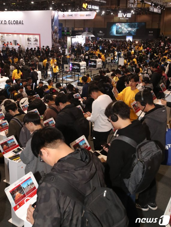 """[지스타] '게임축제' 이틀간 관람객 9만명 몰려…""""흥행 이상無"""""""