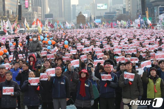"""광화문서 두번째 전국민중대회 """"문정부 규탄, 한국당 해체"""""""