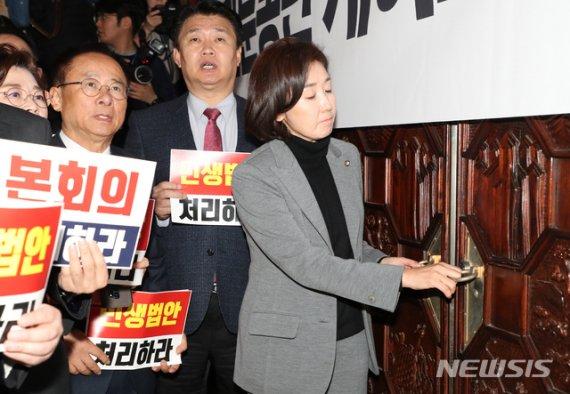 """필리버스터 벼랑끝 대치…""""오늘까지 철회하라"""" vs """"본회의 열라"""""""