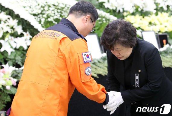 발인 하루 전 독도헬기 소방대원 장례식장 애도 발길(종합)