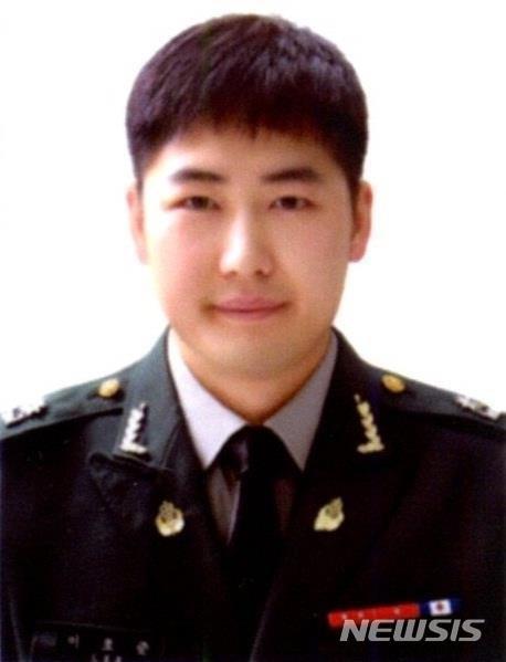 팔 절단 위기 병사 구한 이호준 소령, 국방장관 표창