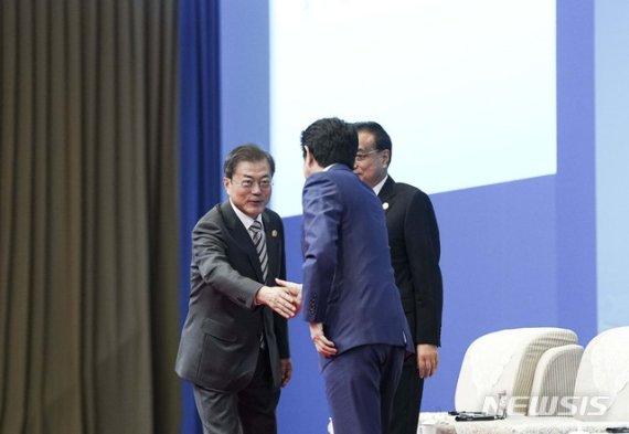 한일 정상회담 시작…文대통령, 아베와 수출규제 해법 모색