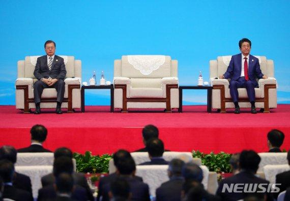 文대통령-아베, 관계 개선 '청신호'…수출·징용 해결은 '험로'
