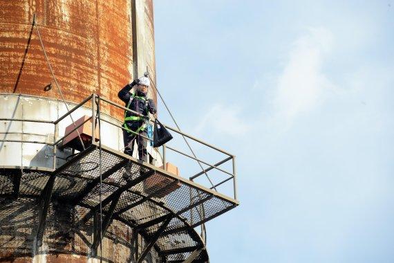 아찔한 순간 이겨내며 수십미터 굴뚝 오른다..'환경 지키는 스파이더맨' [내일을 밝히는 사람들]