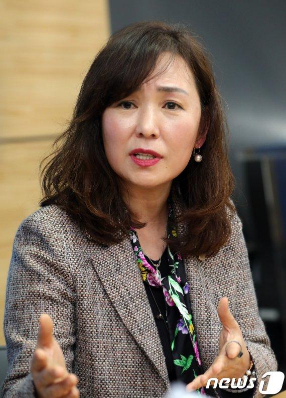 """공지영 """"이분 케어했으면"""" vs 진중권 """"허언증 심해져"""""""